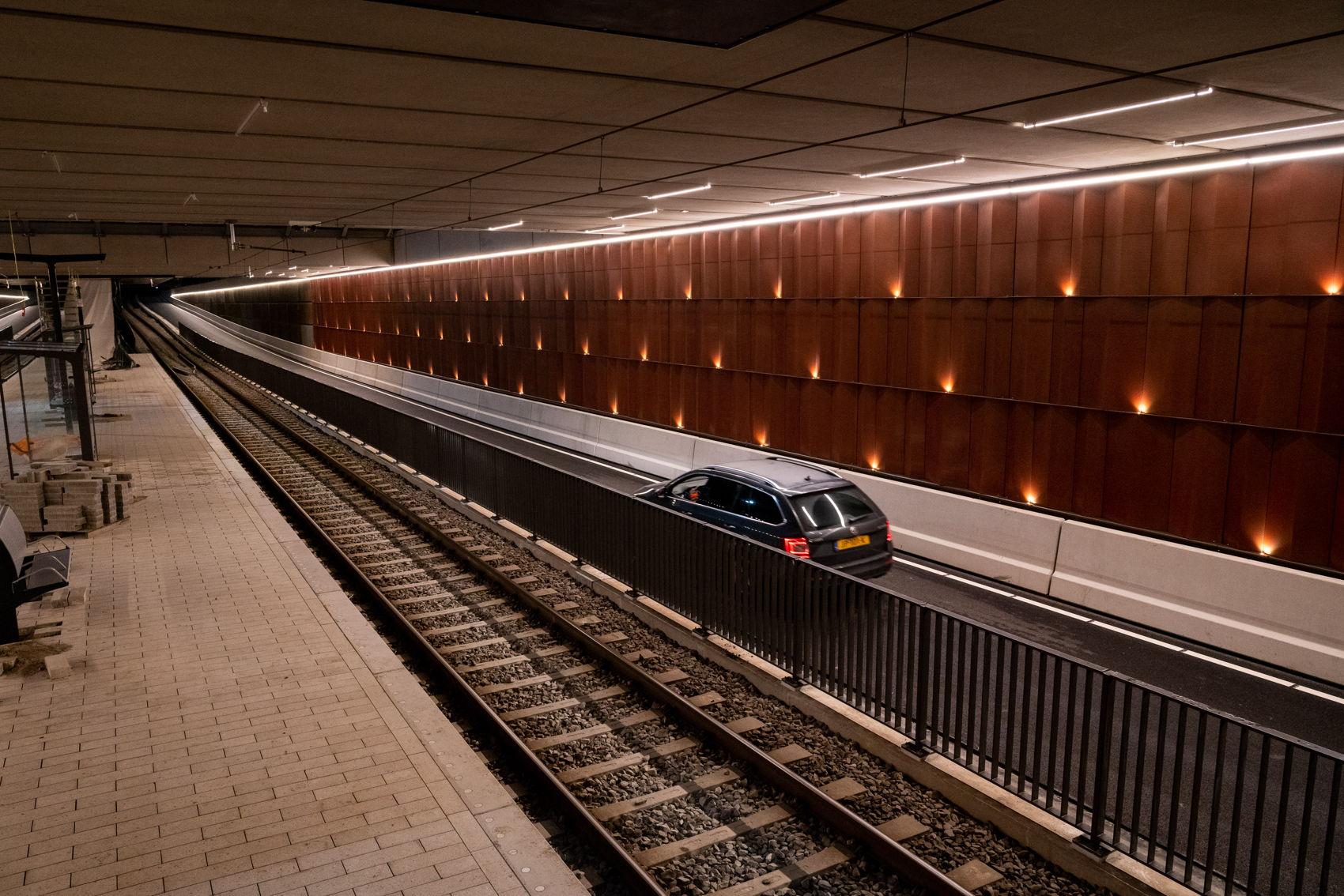 De verlichting in de bak ter hoogte van halte Kronenburg ziet er zo uit. De verlichting staat momenteel nog op de maximale stand. Zodra medio februari het verlichtingssysteem volledig aangelegd is kan het licht waar (en wanneer) nodig aanzienlijk worden gedimd.