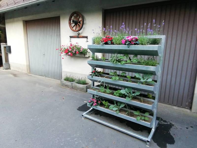 Vertikalbeet vor der Garage, Hochbeet