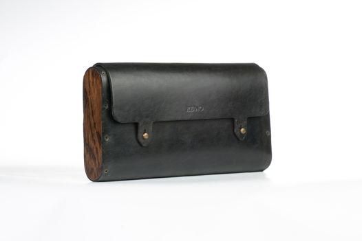 Черная сумка на ремне с дубовыми боковинами