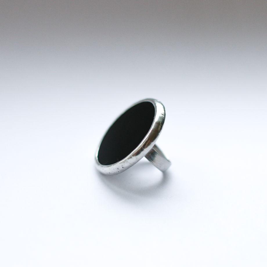 Большое круглое кольцо из черного стекла