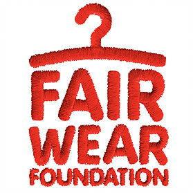 C'est le logo du Label Fair Wear Foundation ou il est écrit le nom du label ainsi qu'un cintre dessiné.