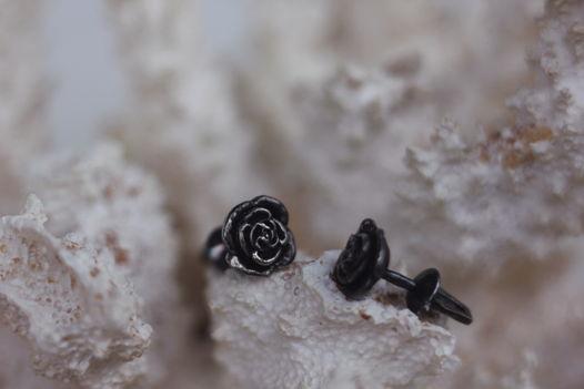 """Серьги-гвоздики серебряные """"Черная роза"""""""