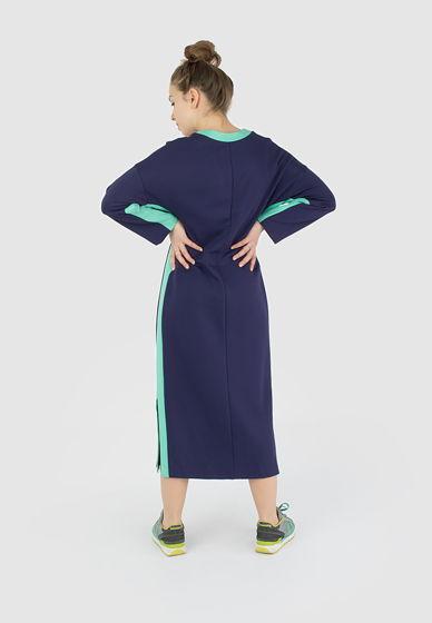 Платье с контрастными лампасами с глубоким вырезом на груди