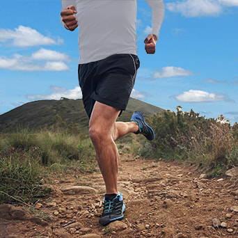 Mann beim Joggen mit Kniebandage