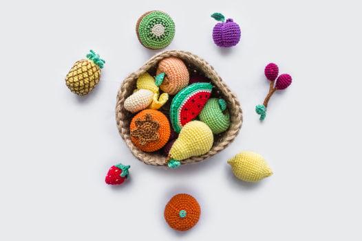 Вязаная корзинка с фруктами (большая) ручной работы для детей