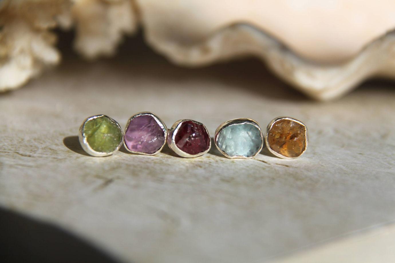 Серьги-гвоздики с негранеными камнями