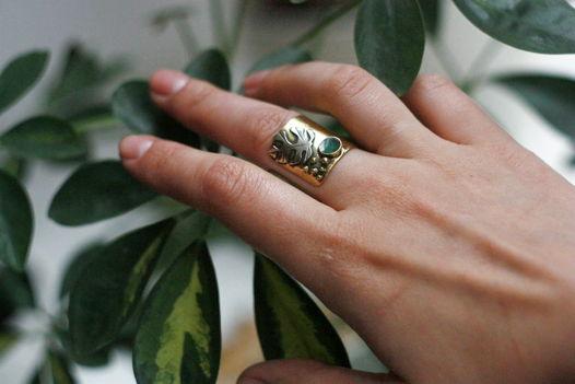 Широкое кольцо с листом монстеры