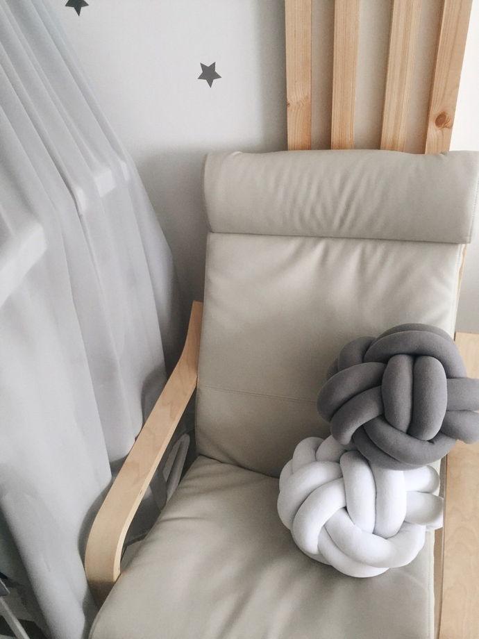 Декоративная подушка-узел белого цвета