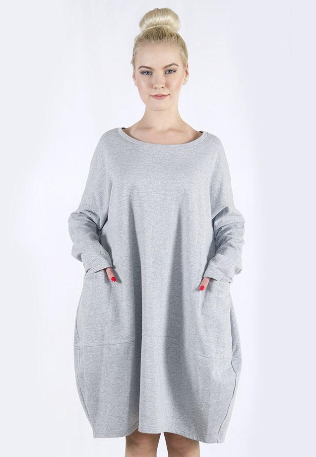 Платье-худи свободного кроя.