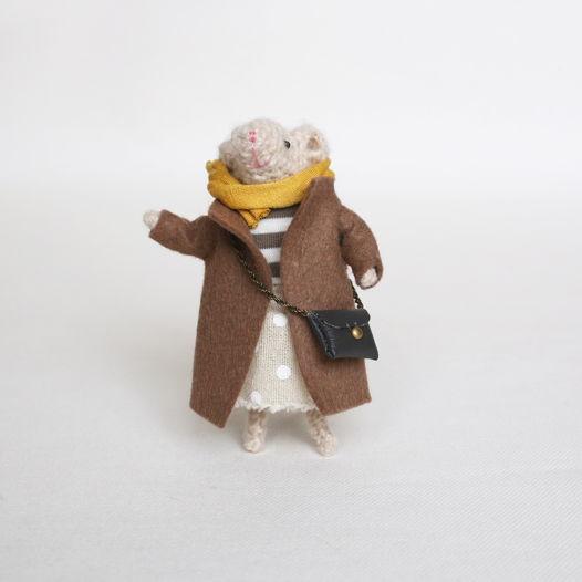 Вязаная мышка в пальто