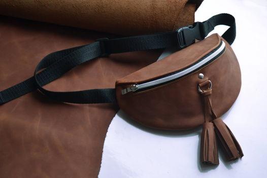 Поясная сумка из натуральной кожи коньячного цвета с кисточками