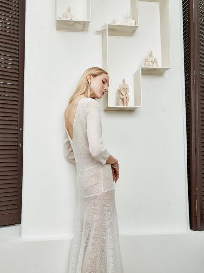 Очень женственное платье белого цвета с V-образным вырезом на спине.