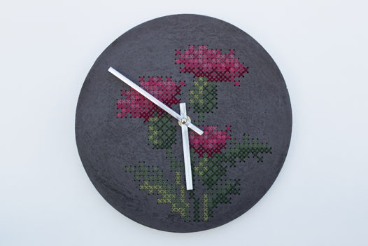Бетонные часы с ручной вышивкой / Репей