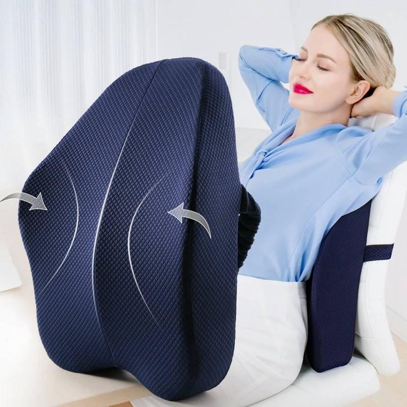 Femme utilisant un coussin lombaire sur une chaise