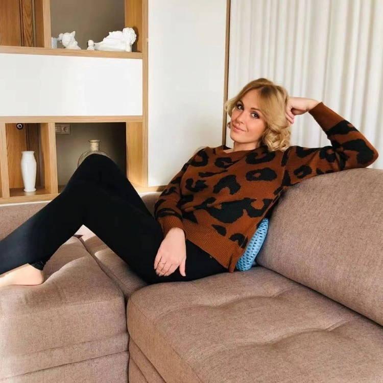 Femme utilisant le coussin lombaire sur un canapé