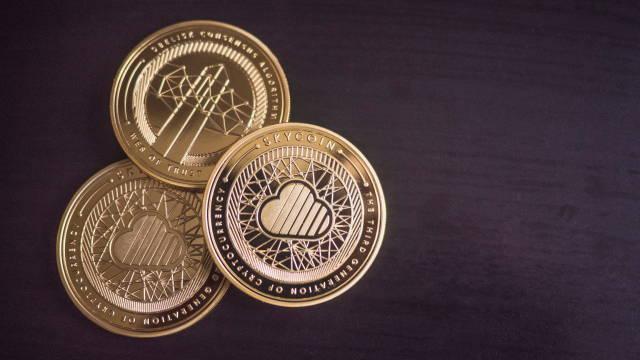 Forskellige kryptovaluta mønter ligger sammen på et bord