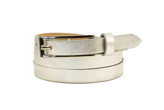 Серебристый кожаный ремень с длинной пряжкой