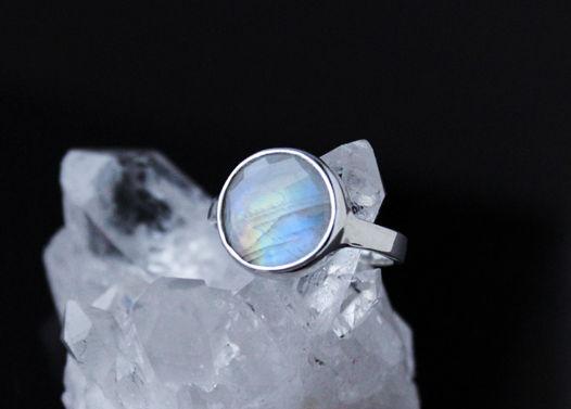 Серебряное кольцо с ярким ограненным лунным камнем