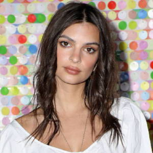 Embrace texture! Emily Ratajkowski wore her hair air-dried and tousled. We love this natural beach wave look, you can recreate this with our CurlME 2 and some salt spray.