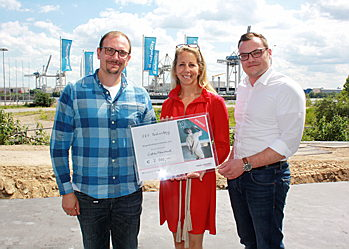 Hamburg - Andreas Westendörpf (1.f.l.), Managing Director of the E&V Technology GmbH, and Jan-Philipp Roloff, Finance Manager, hand over a cheque for 7,000 euros to Ninon Völkers (middle), President of the E&V Charity e.V.