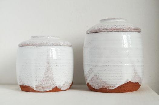 Керамические банки для хранения из красной глины под белой глазурью