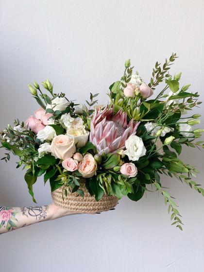 Композиция из живых цветов в джутовой корзинке L