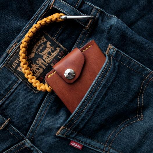 Кожаный кошелек на карабине