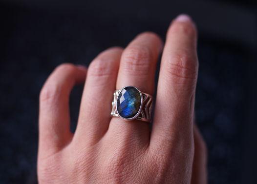 Широкое серебряное кольцо Стрела с синим ограненным лабрадоритом