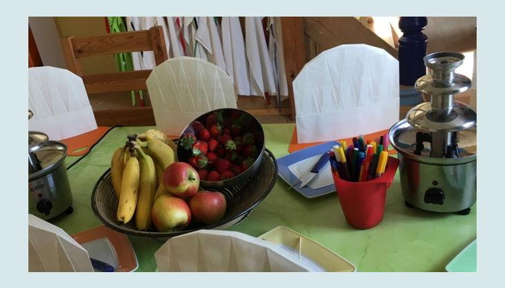 kinder kochwerkstatt dekorierter tisch