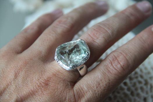 Кольцо с неграненым празиолитом