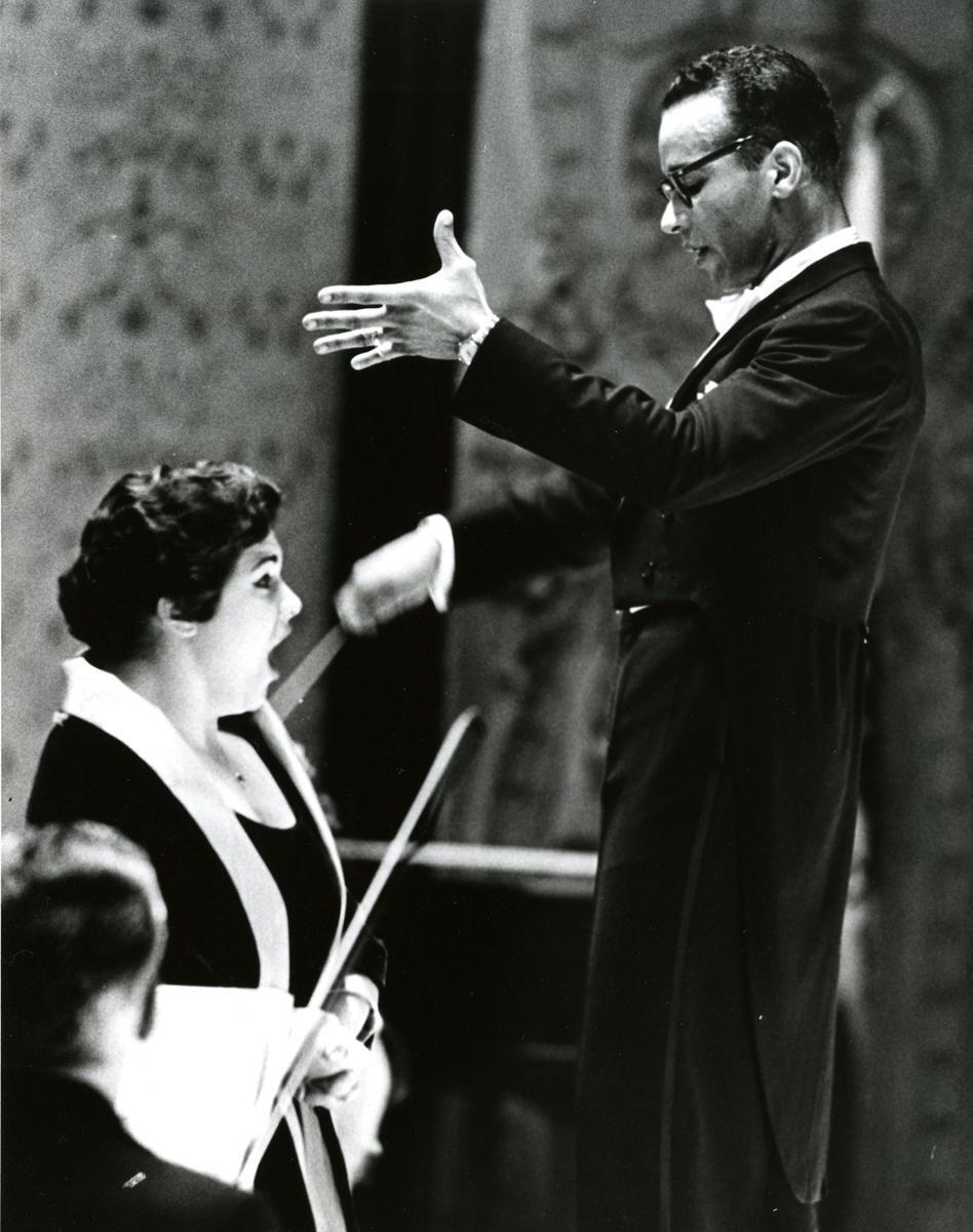 Henry Lewis dirigiendo a la mezzosoprano Marilyn Horne, con la que estaba casado.