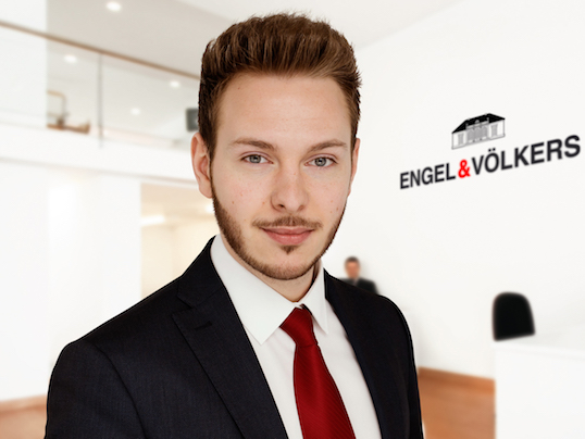 Hoedspruit - The real estate agent training at Engel & Völkers is challenging, versatile and exciting. Our trainee Fabian Urban reveals his path to success.