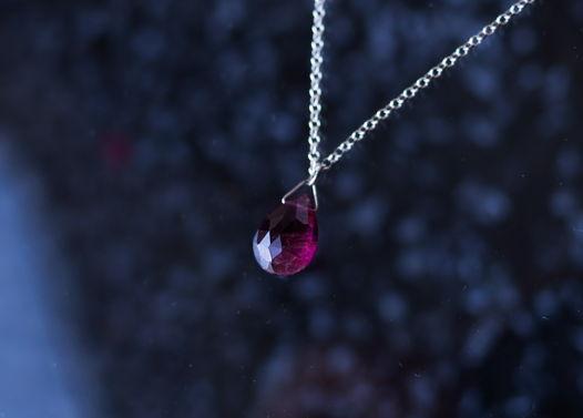 Короткое колье-чокер с натуральным розовым турмалином