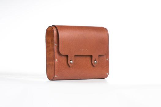 Коричневая сумка мини на ремне с деревянными боковинами.