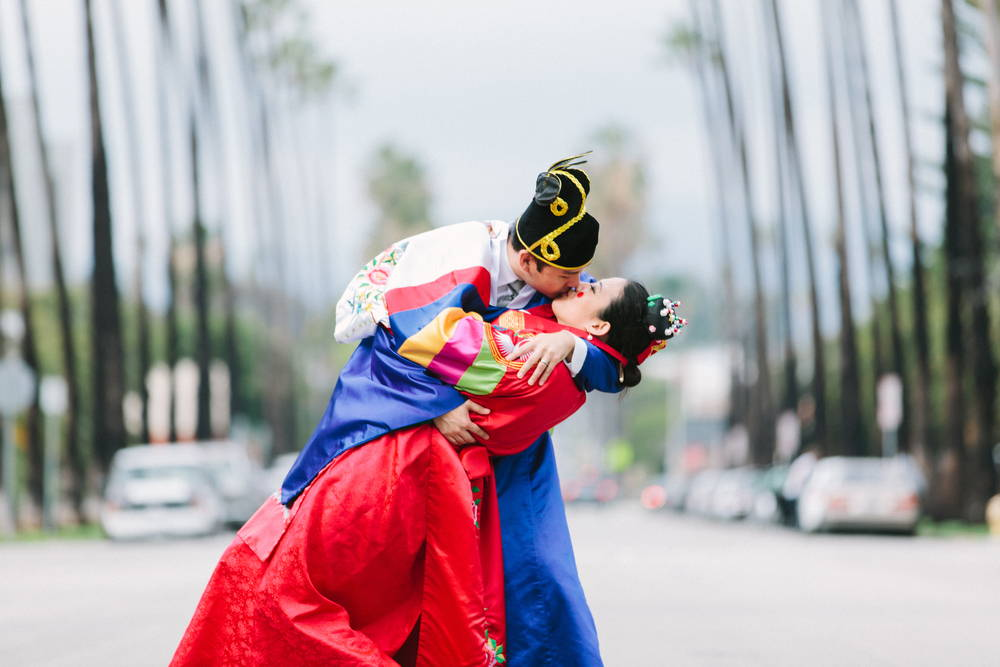 KOREAN TRADITIONAL PAEBAEK TEA CEREMONY COUPLE KISSING