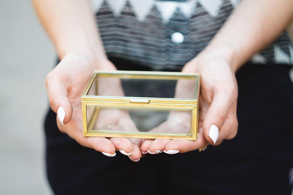 Маленькая Шкатулка из Стекла для Хранения Украшений в Золотом Цвете