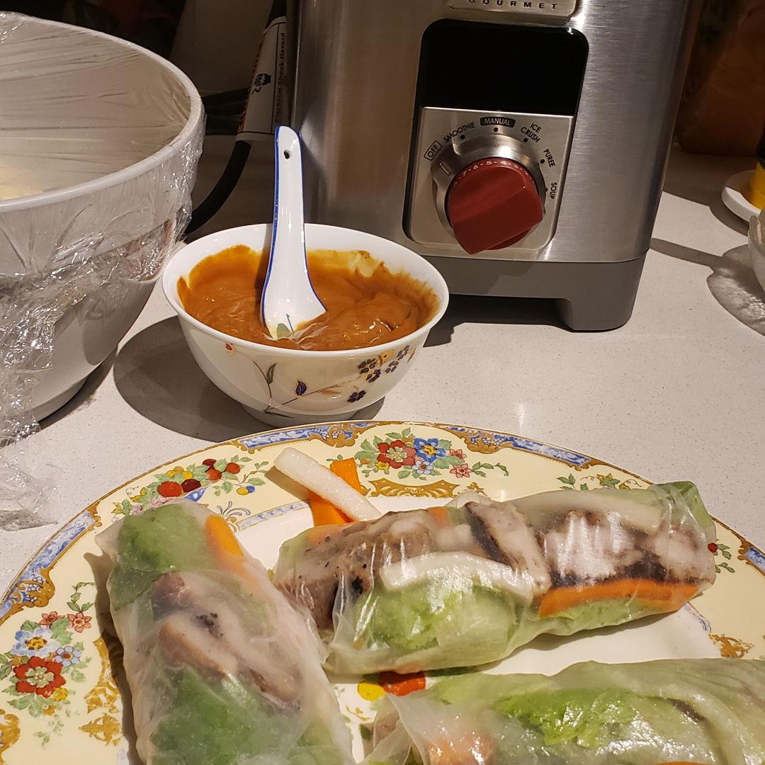 Vietnamese salad rolls w peanut sauce