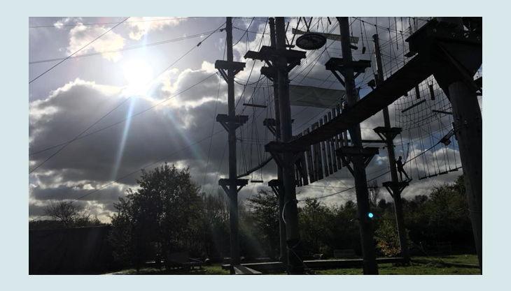 querfeldein hochseilgarten sonnenstrahlen und wolken