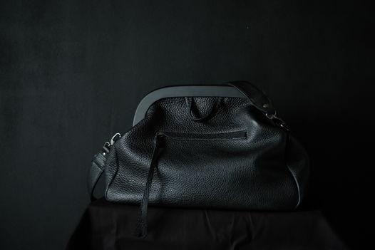 Большая чёрная сумка с деревянной рамой
