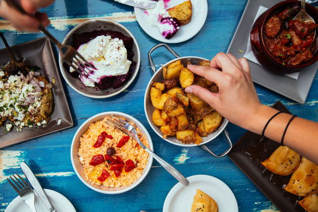 Греческая еда с местным жителем
