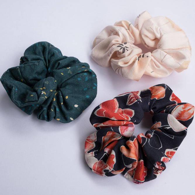 Nêge Paris - Chouchou Encore un Soir avec un fond bleu nuit orné de détails floraux et fruités dans des coloris roses et rouges