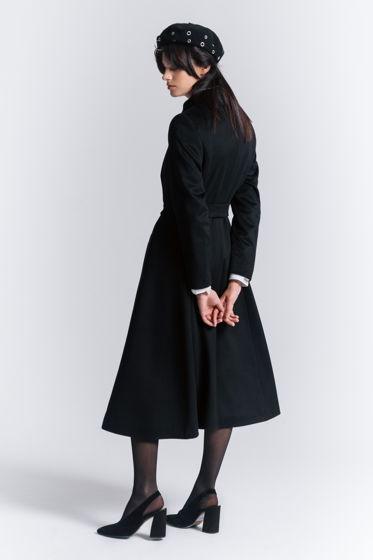 Черное расклешенное пальто
