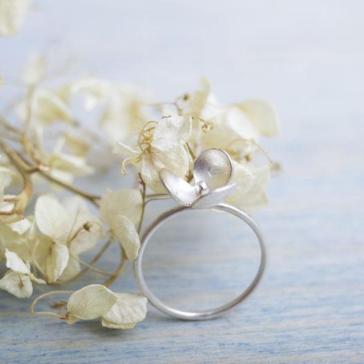 Кольцо ботаническое фактурное с цветочком из серебра