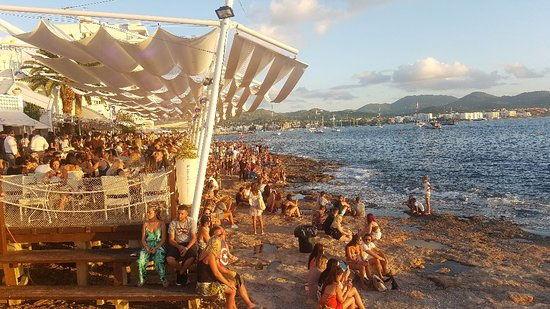 Cafe del mar Ibiza beach club para ver atardecer en San Antonio