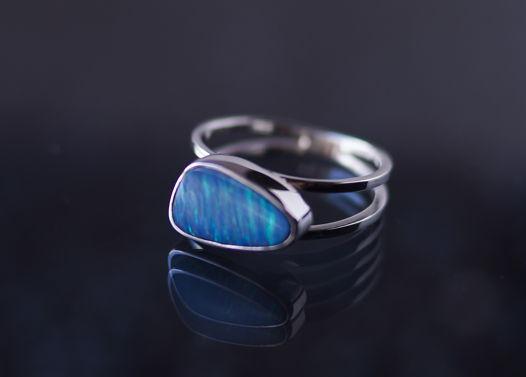 Серебряное кольцо с австралийским голубым опалом 16.5
