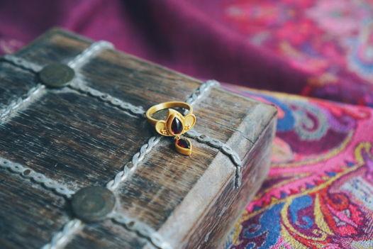 Восточное кольцо с гранатом в позолоте