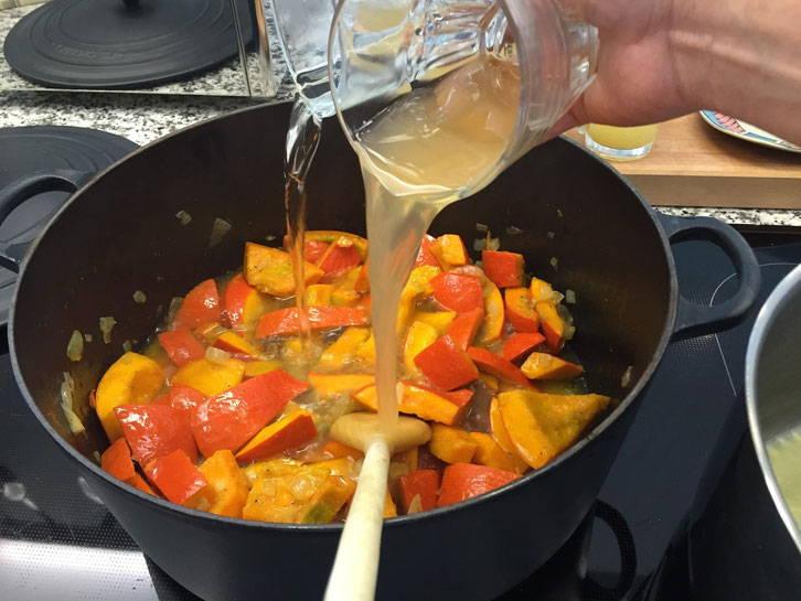 Weißwein und Apfelsaft werden hinzugefügt