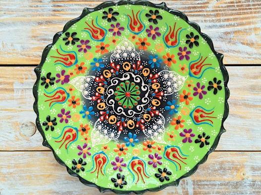 Керамическая салатовая тарелка с рельефным узором