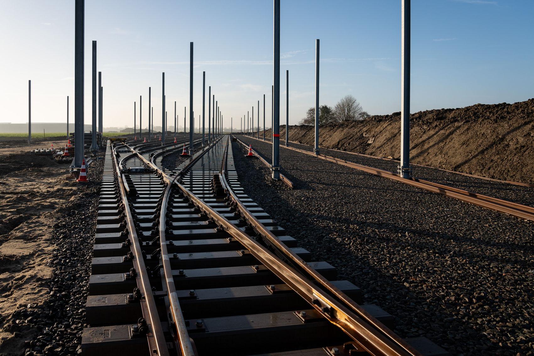 Op het opstelterrein komen 70 bovenleidingmasten, 2.500 meter rails plus nog eens 11 wissels!