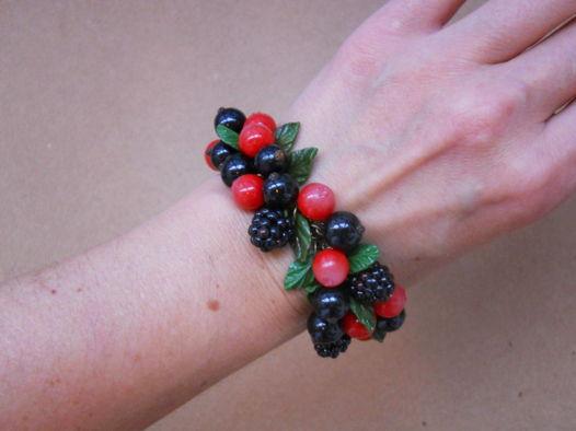 Браслет с ягодами ежевики, клюквы, черной смородины